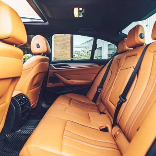 ภายในของ BMW 530e M Sport สำหรับเช่าขับเอง เบาะหลังนั่งสบาย