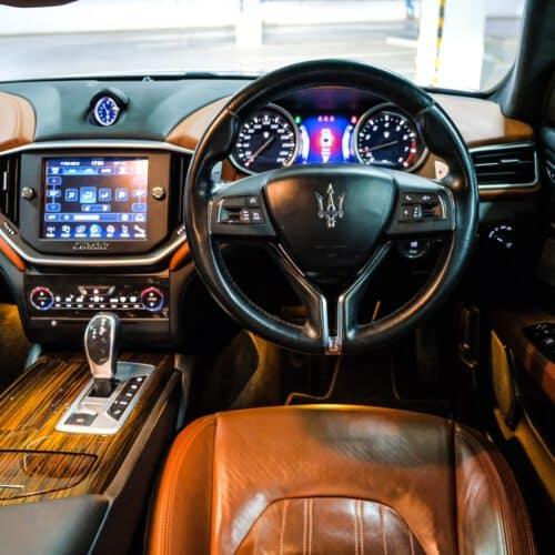 Cockpit ของ Maserati Ghibli