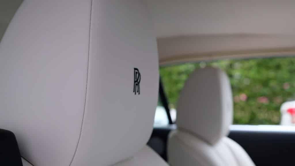 รถ Rolls Royce บนหมอนรองศีรษะ