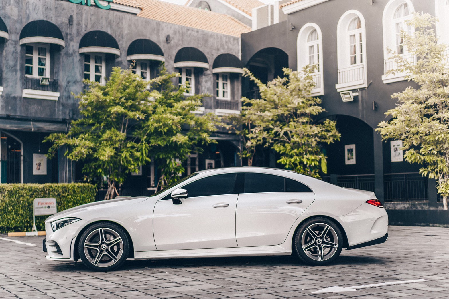 รถสีขาว Mercedes-Benz